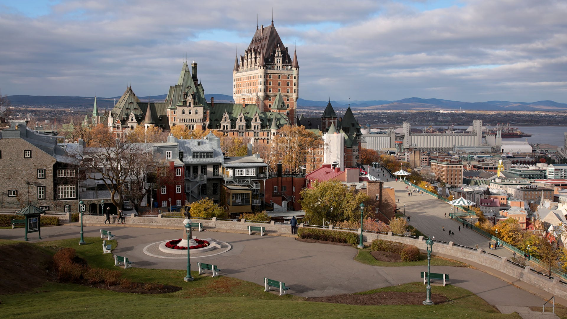 Above photo: From Bastion de la Reine Park, the Fairmont Le Chateau Frontenac dominates the skyline. The Terrasse Dufferin walkway is seen on the lower right.